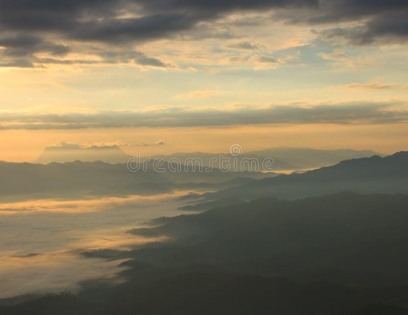 Mar da névoa com Doi Luang Chiang Dao, represa de Doi do formulário da vista em Wianghaeng imagens de stock royalty free