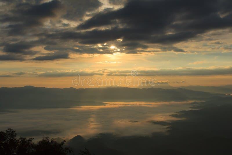 Mar da névoa com Doi Luang Chiang Dao, represa de Doi do formulário da vista em Wianghaeng foto de stock royalty free