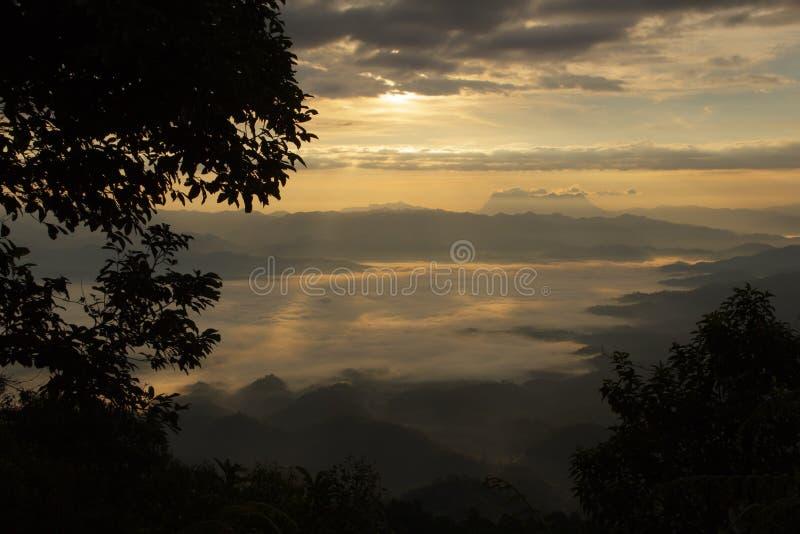 Mar da névoa com Doi Luang Chiang Dao, represa de Doi do formulário da vista em Wianghaeng fotos de stock