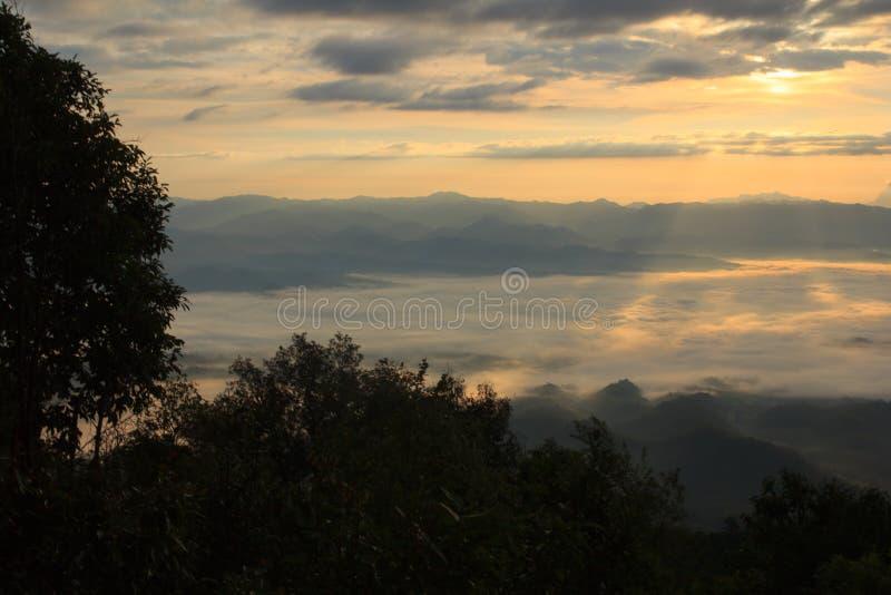 Mar da névoa com Doi Luang Chiang Dao, represa de Doi do formulário da vista em Wianghaeng fotografia de stock royalty free