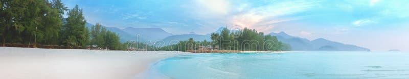 Mar da névoa e do nascer do sol na praia branca da areia de Koh Chang fotos de stock