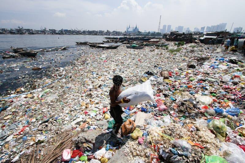 Mar da poluição de água do lixo em Tondo, Filipinas imagem de stock royalty free