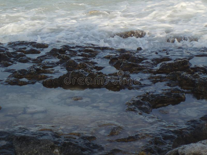 Mar das caraíbas da espuma do mar com rochas fotografia de stock royalty free