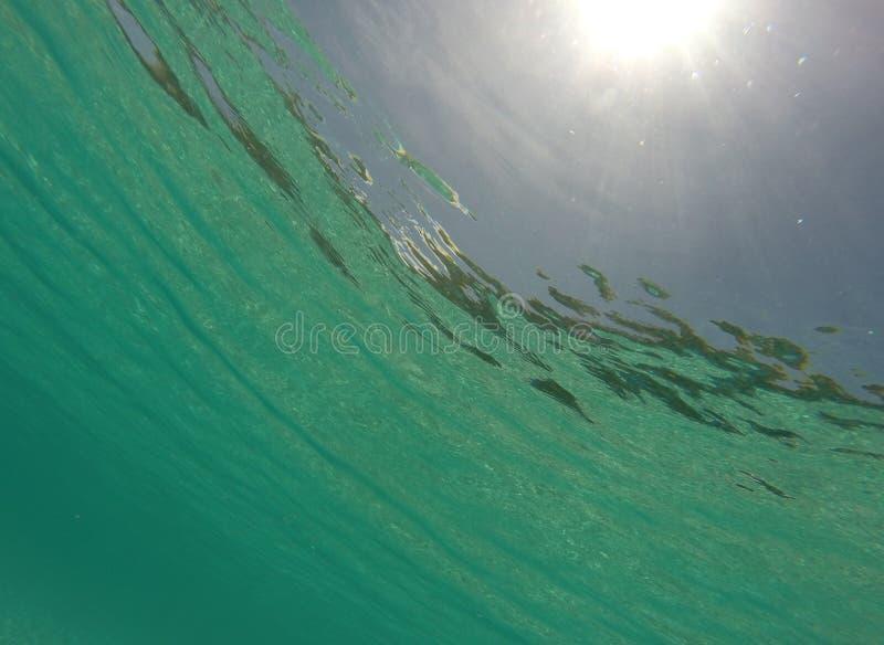 Mar das caraíbas subaquático com sunburst foto de stock