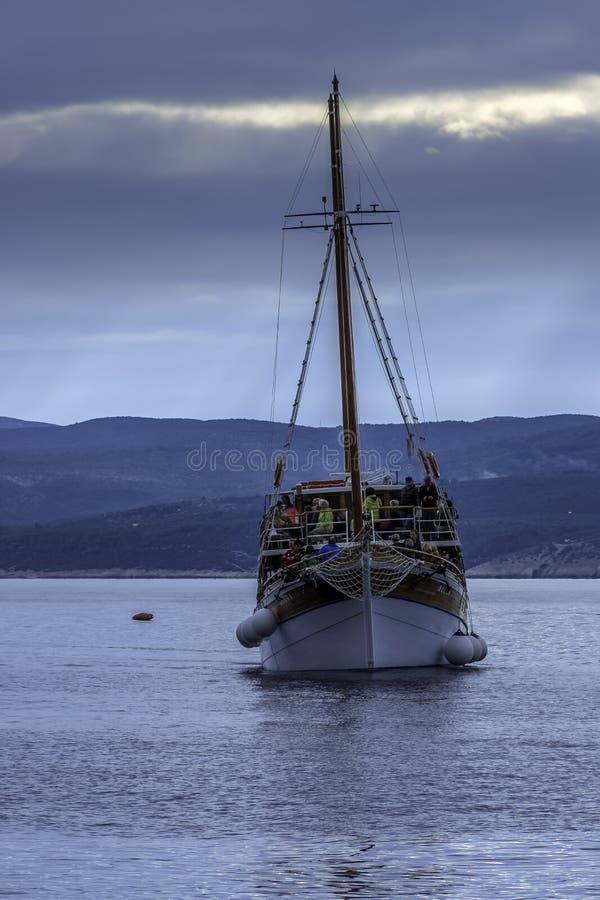 Mar de adriático com navio de flutuação - Brela, Croácia fotos de stock