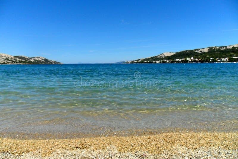 Mar de adriático do Pag da ilha de Novalja da cidade, Croácia, Pebble Beach Planjka foto de stock royalty free