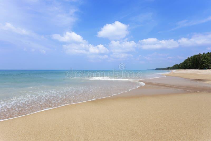 Mar de andaman tropical hermoso de la playa y fondo claro de cielo azul, en la isla de phuket, playa del verano con la onda que s fotografía de archivo libre de regalías