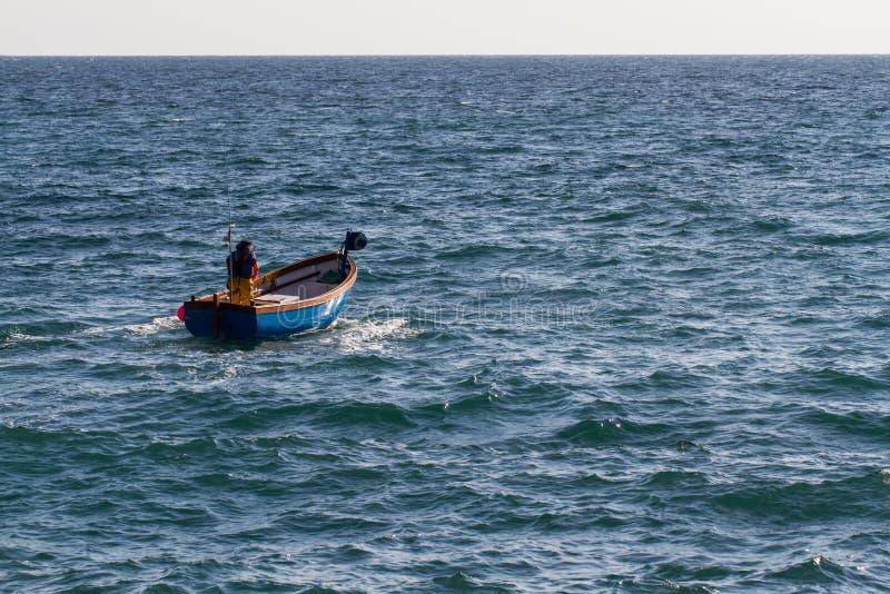 Mar de Cornualles de Heading Out To del pescador imagenes de archivo