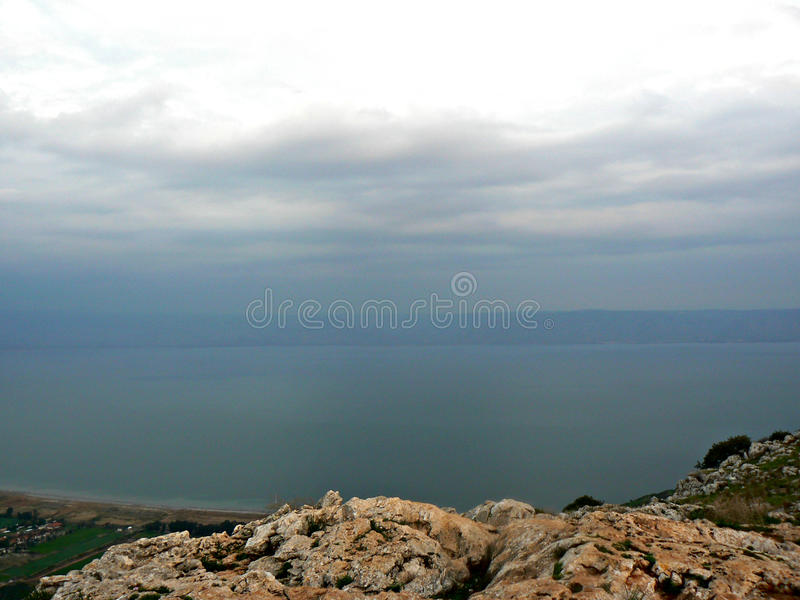 Mar de Galilee - vista da montagem Arbel foto de stock