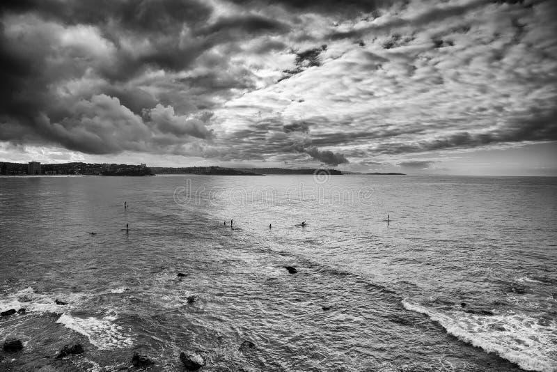 Mar de hombres a partir del día principal de las personas que practica surf imagenes de archivo
