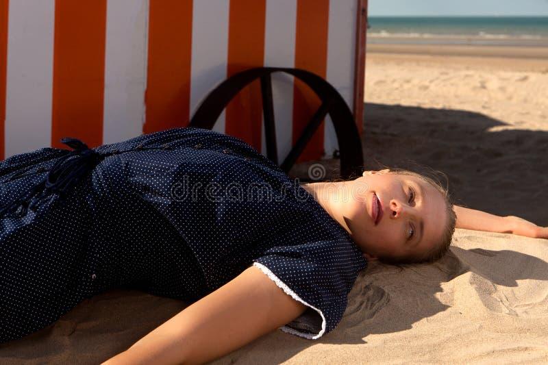 Mar de la cabina de la playa de la mujer, De Panne, Bélgica imágenes de archivo libres de regalías