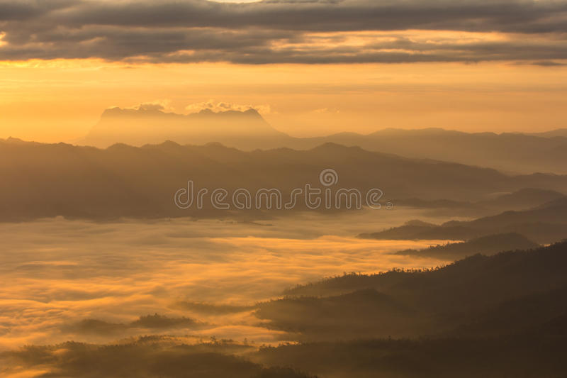 Mar de la niebla con Doi Luang Chiang Dao, presa de Doi de la forma de la visión en el haeng de Wiang foto de archivo libre de regalías