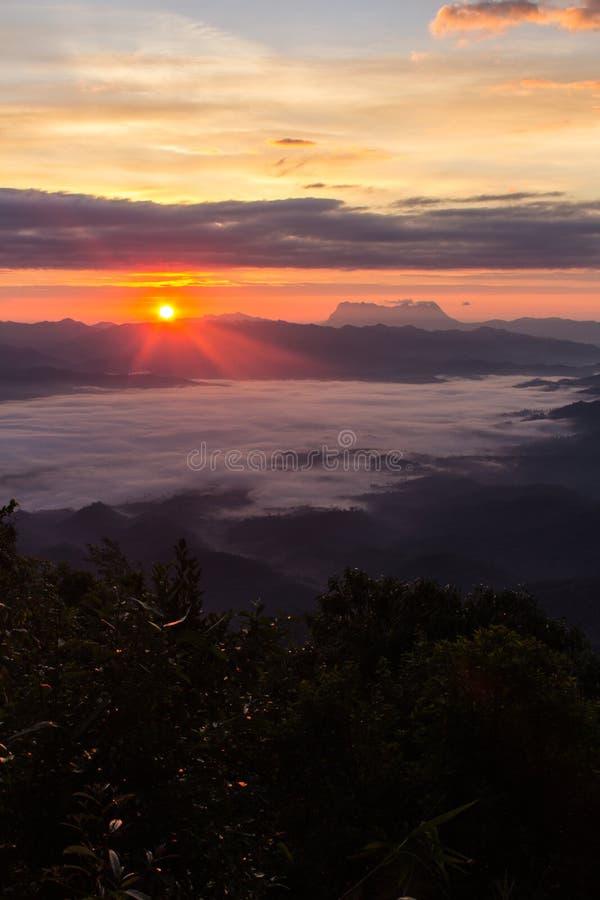 Mar de la niebla con Doi Luang Chiang Dao, presa de Doi de la forma de la visión en Wianghaeng imagenes de archivo