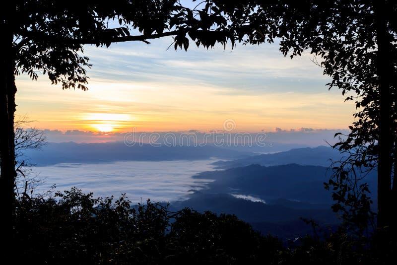Mar de la niebla en el amanecer en las montañas fotografía de archivo libre de regalías