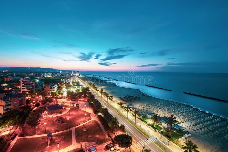 Mar de la tarde y panorama de la playa en la puesta del sol Montesilvano, Italia fotos de archivo