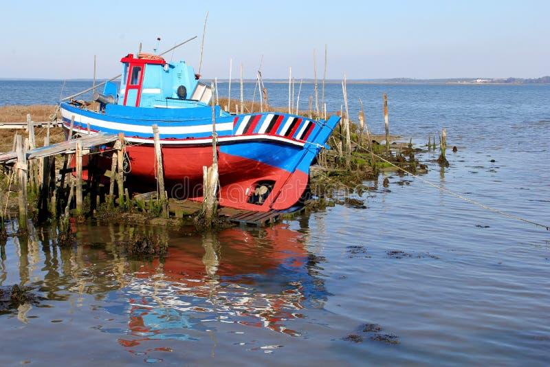 Mar de madeira retro da terra do barco de pesca, Portugal foto de stock royalty free