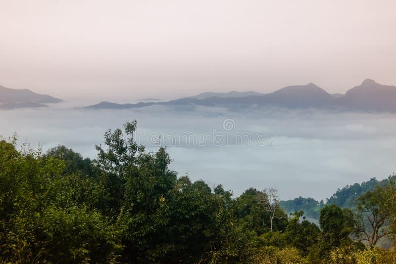 Mar de nubes en el amanecer con vistas a cordillera r fotos de archivo