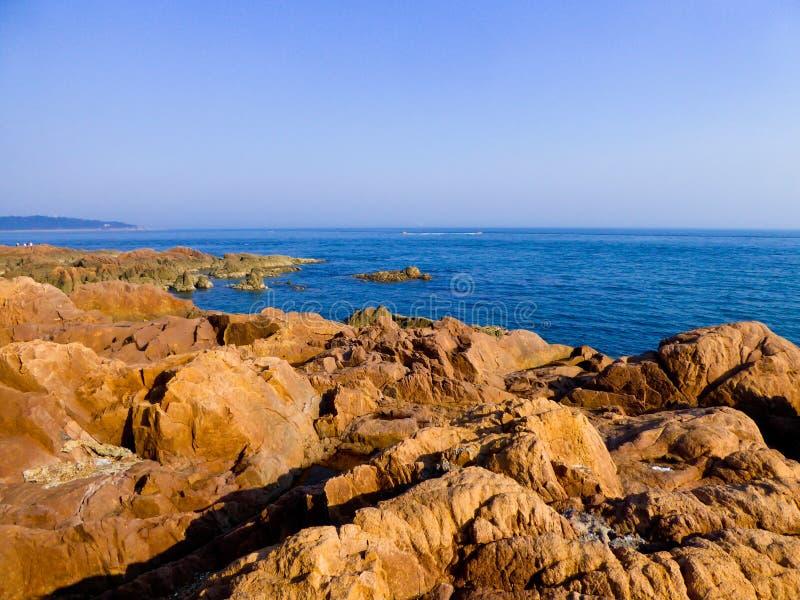 Mar de Qingdao e opinião grande das rochas fotos de stock royalty free