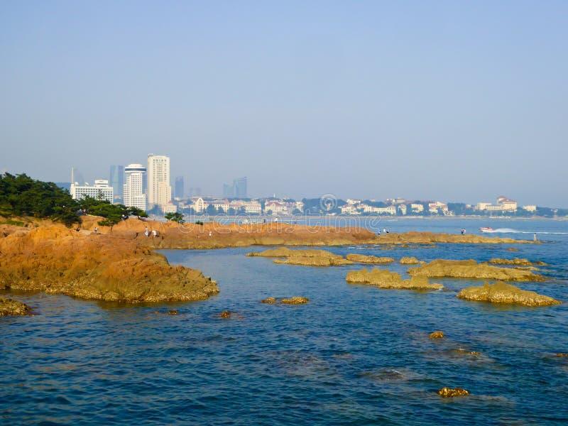 Mar de Qingdao e opinião grande das rochas foto de stock royalty free