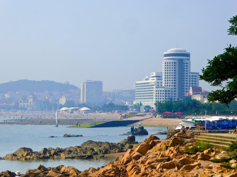 Mar de Qingdao e opinião grande das rochas fotografia de stock royalty free