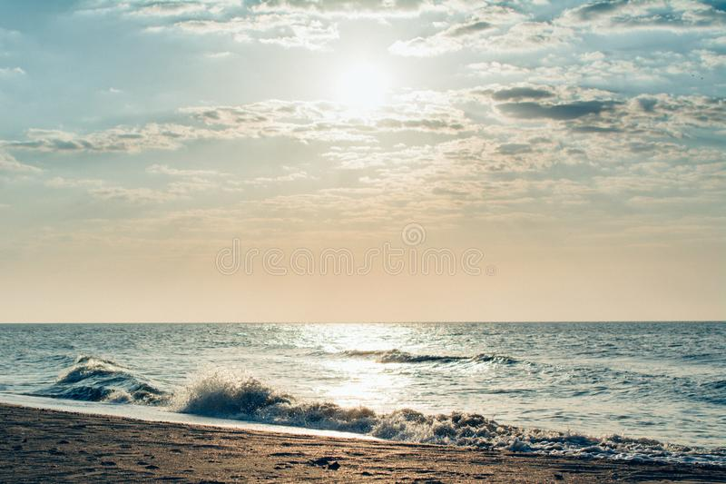Mar de Ucrania de la luz del día de las ondas de la espuma de la playa del mar de Azov fotos de archivo