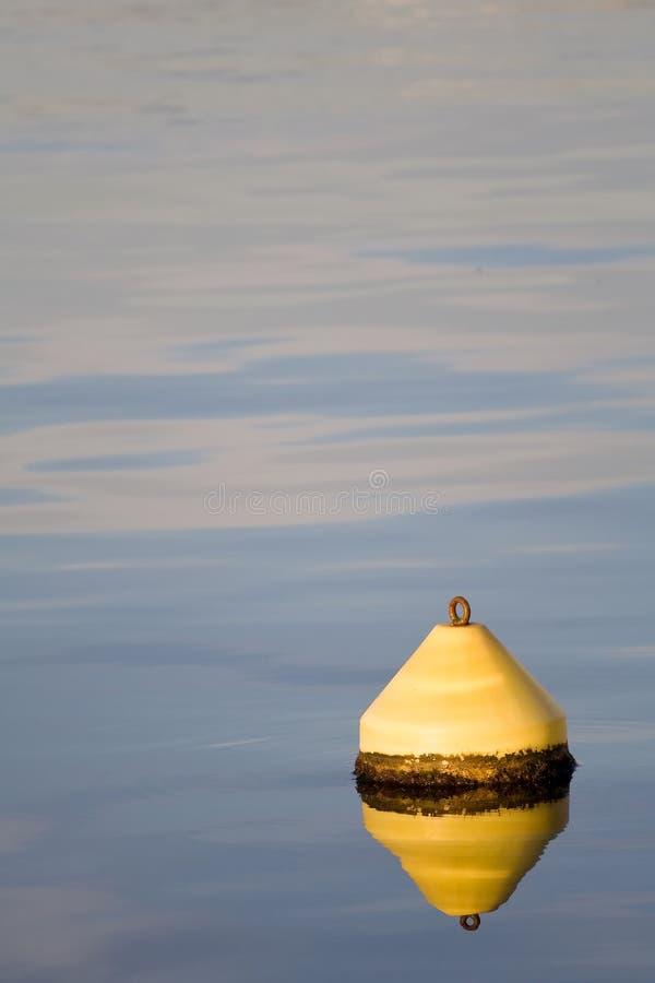 Mar del agua con el faro amarillo foto de archivo libre de regalías