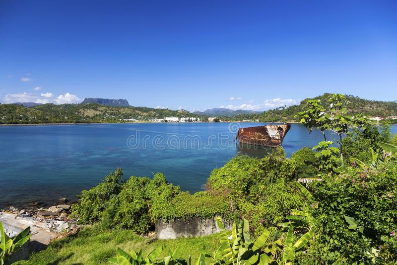 Mar del Caribe aherrumbrado viejo de Cuba de la nave de la montaña del EL Yunque del paisaje de la bahía de Baracoa imagen de archivo