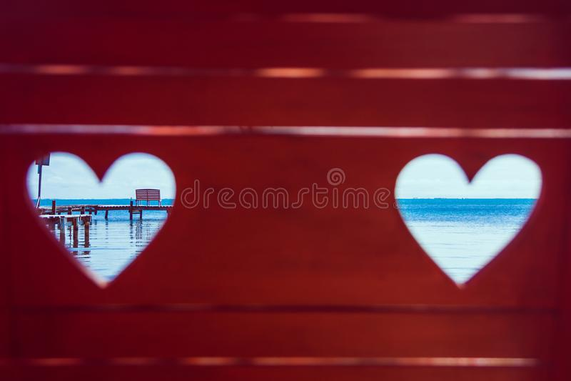 Mar del Caribe a través de corazones rojos del banco de la playa fotografía de archivo