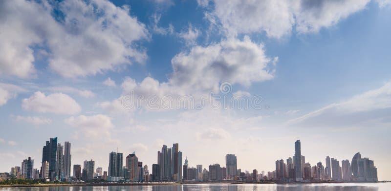 Mar del edificio del horizonte de ciudad de Panamá del panorama imagenes de archivo