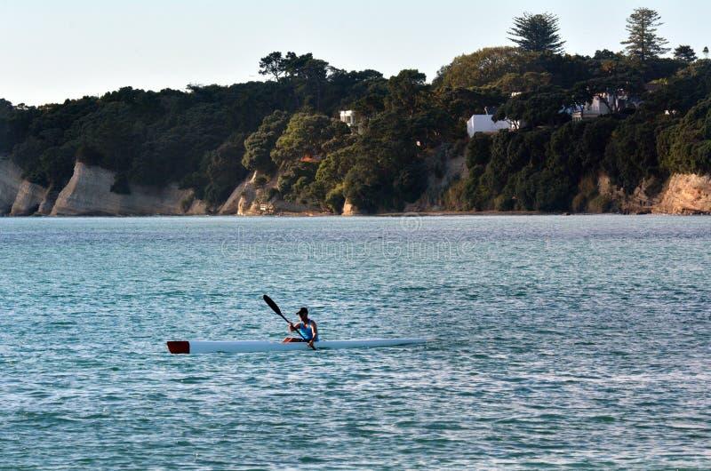 Mar del hombre kayaking imagen de archivo