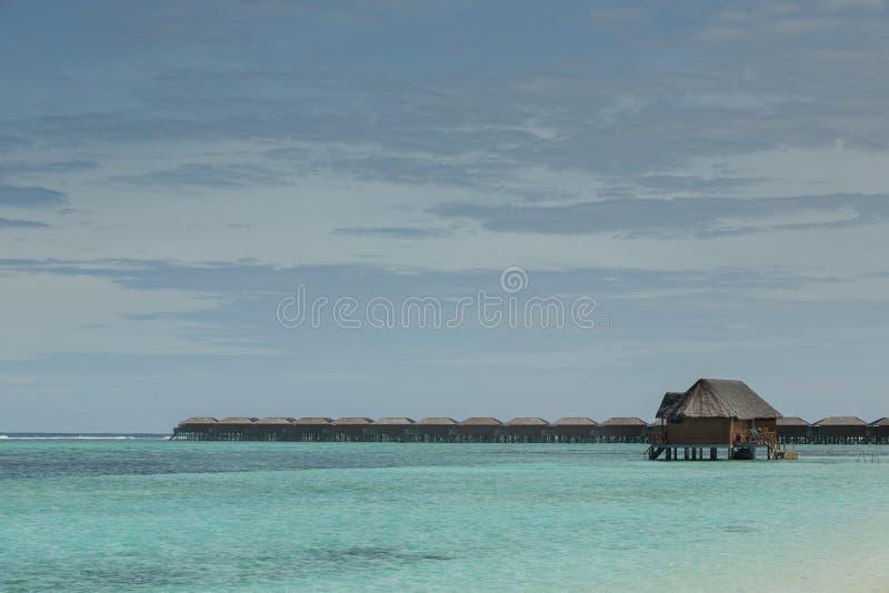 Mar del Océano Índico con los chalets del agua y casa de planta baja del agua en ella fotos de archivo