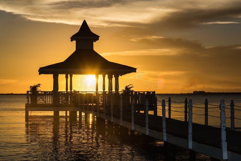 Mar del puente del Gazebo en la puesta del sol foto de archivo libre de regalías