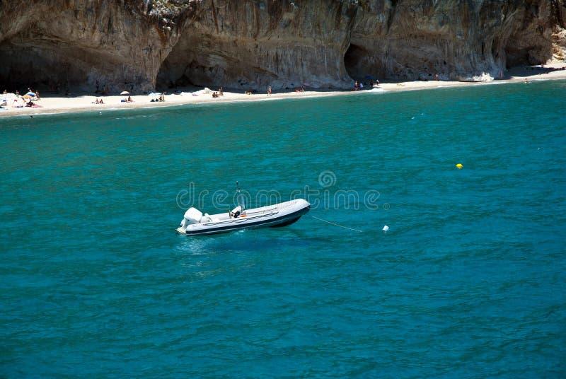 Mar do barco e da esmeralda foto de stock