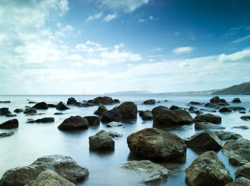 Mar do sono sob o céu azul fotos de stock