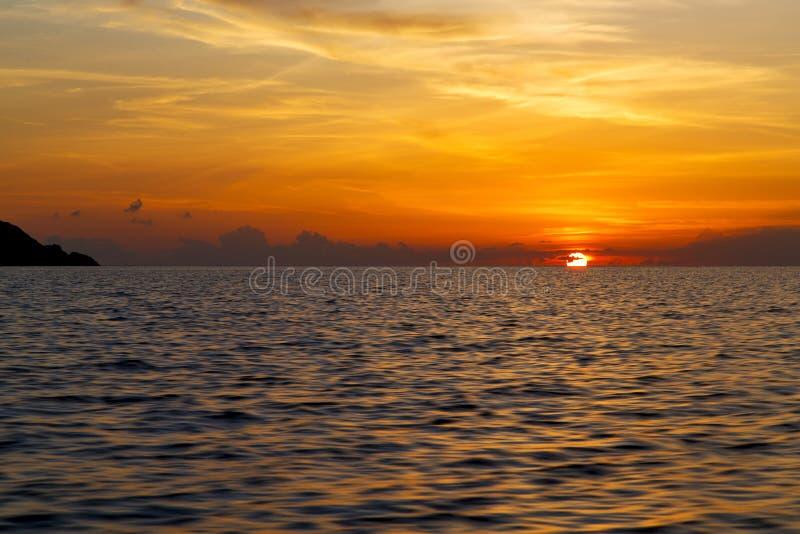 mar do Sul da China do litoral da baía de tao do kho de Tailândia do barco do nascer do sol foto de stock