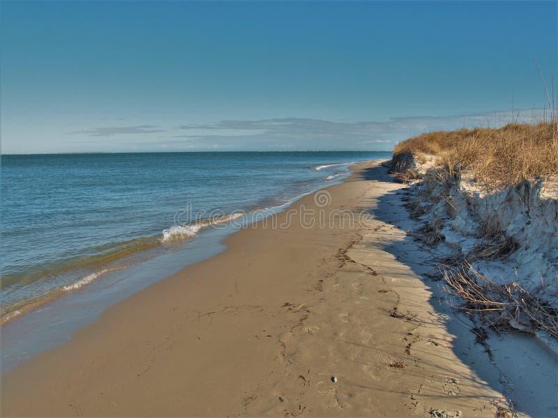 Mar e areia na ilha de Ocracoke fotos de stock