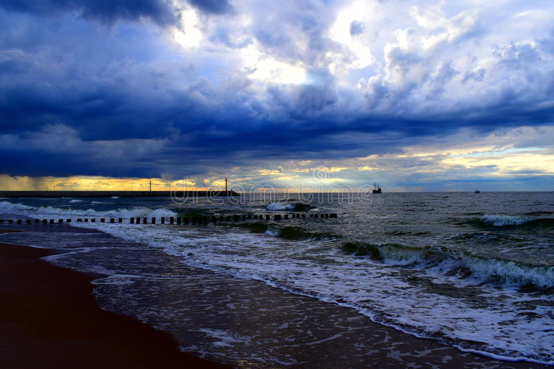 Mar e barco poloneses no nascer do sol foto de stock