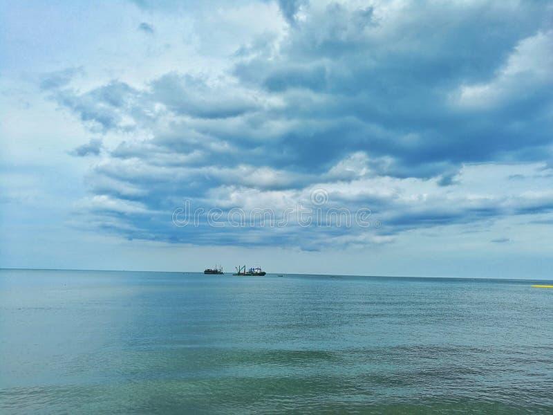 Mar e céu azul imagem de stock