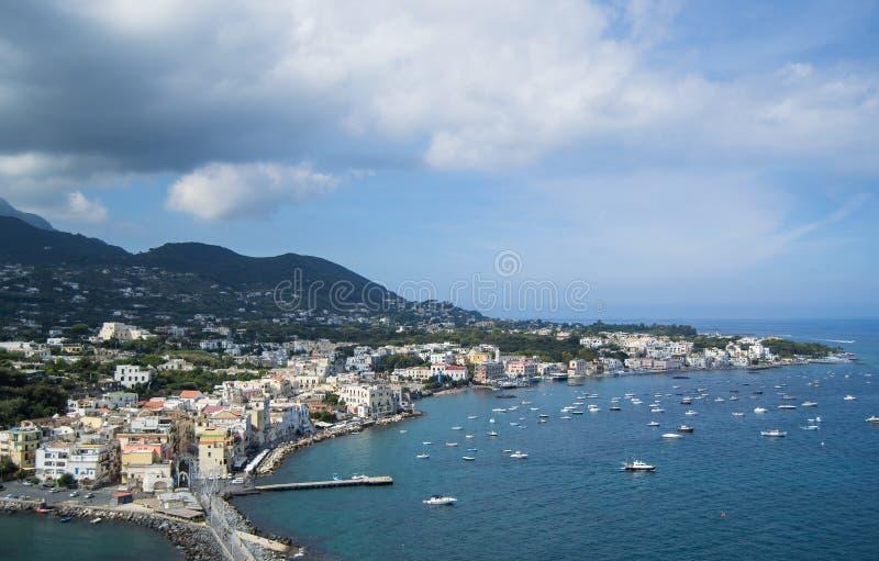 Mar e costa assim como iate e barcos nos ísquios Itália imagem de stock