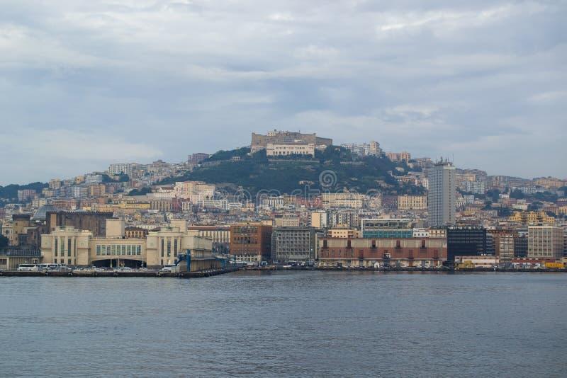 Mar e costa assim como iate e barcos nos ísquios Itália foto de stock