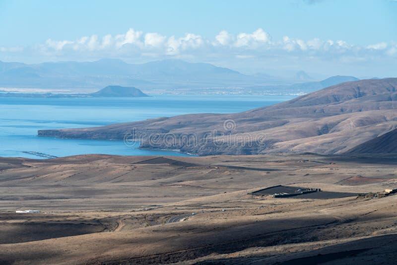 Mar e costa vulcânica, ilha de Lanzarote, Espanha imagens de stock