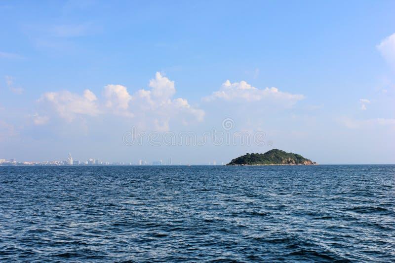 Mar e isla foto de archivo