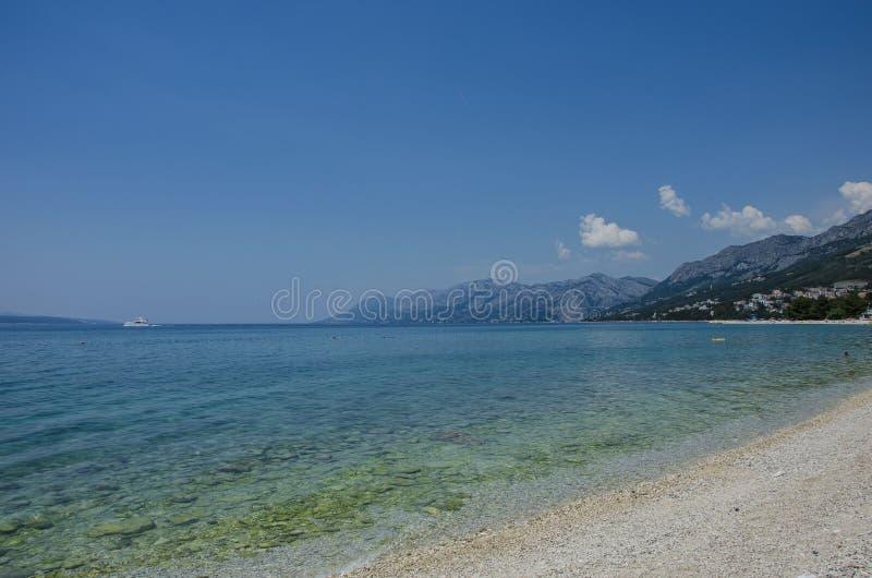 Mar e montanha azuis fotografia de stock royalty free