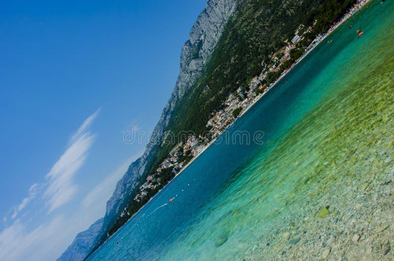 Mar e montanha azuis imagem de stock