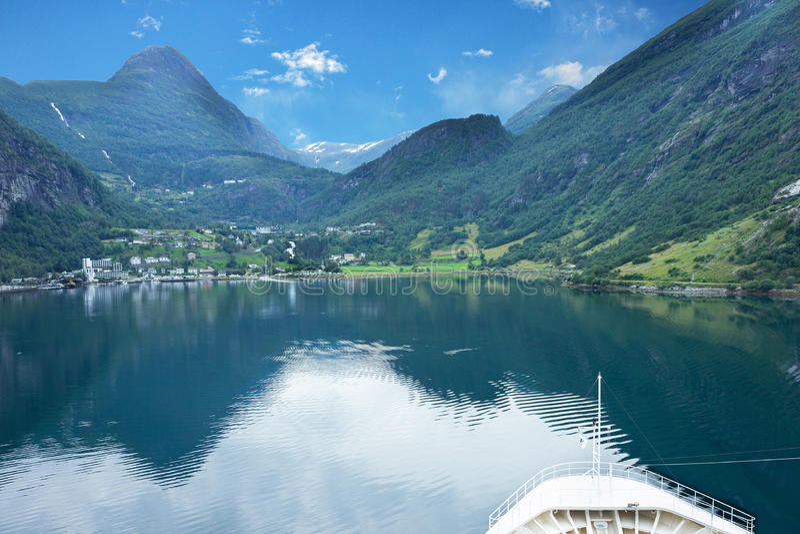 Mar e montanha, fiordes de Noruega fotografia de stock royalty free