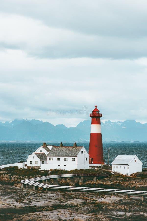 Mar e montanhas da paisagem de Noruega do farol de Tranoy no escandinavo do curso do fundo foto de stock
