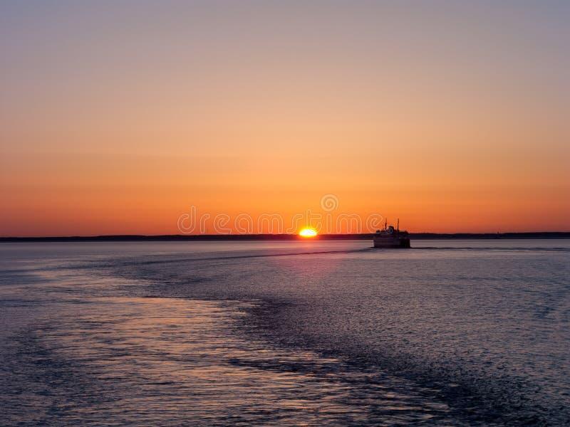 Mar e navio de Sun fotografia de stock royalty free
