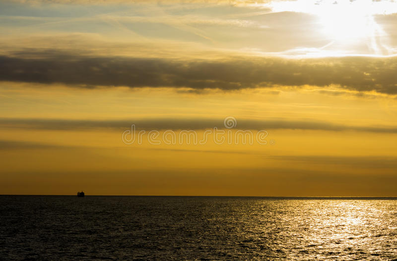 Mar e nuvem de Sun fotos de stock