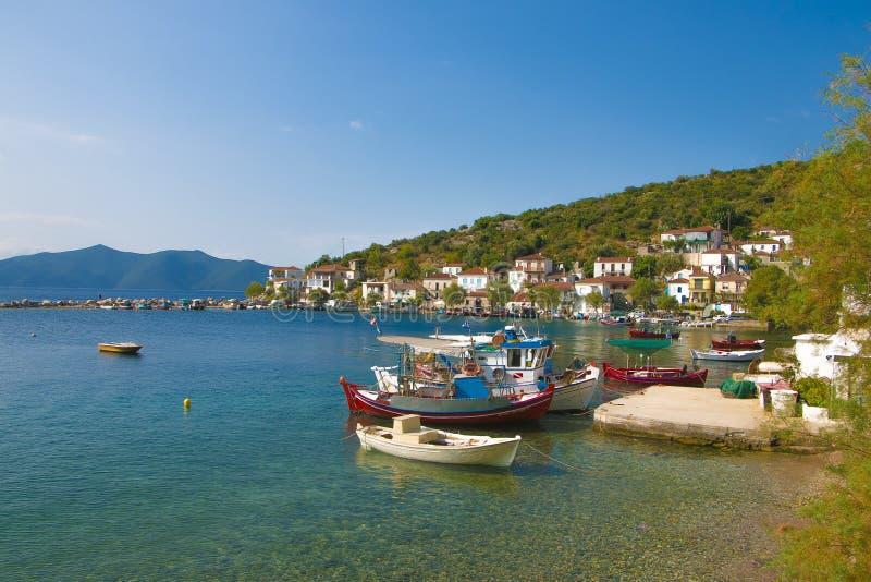 Mar e paisagem ensolarada no fundo da montagem Pelion imagens de stock royalty free
