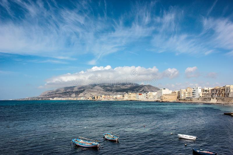 Mar e parte da cidade Sicília - Erice e Trapani imagens de stock